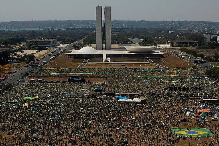 Esplanada dos Ministérios vista em foto aérea, lotada de pessoas