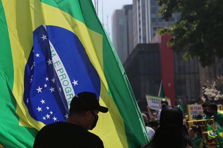 Voltaire de Souza: O mastro e a bandeira