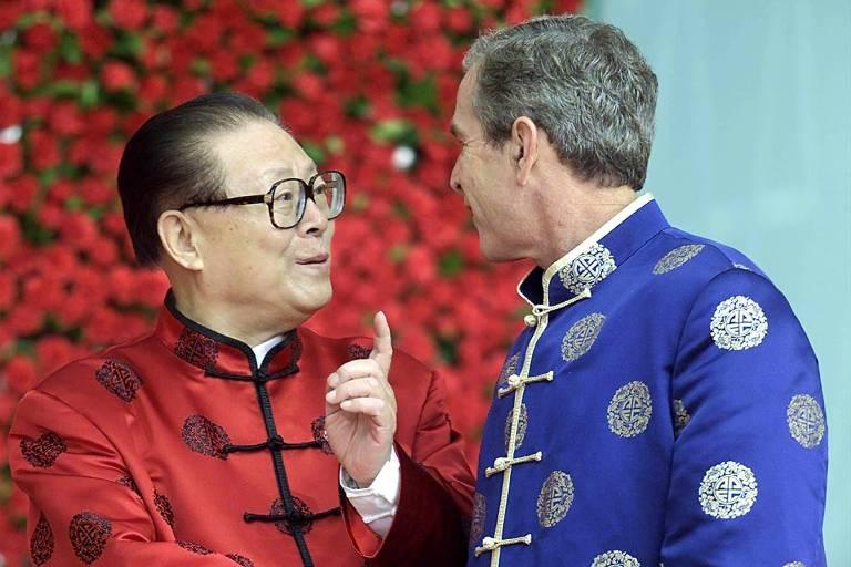 O então líder da China, Jiang Zemin, com o presidente americano George W. Bush em reunião em Xangai, em 2001