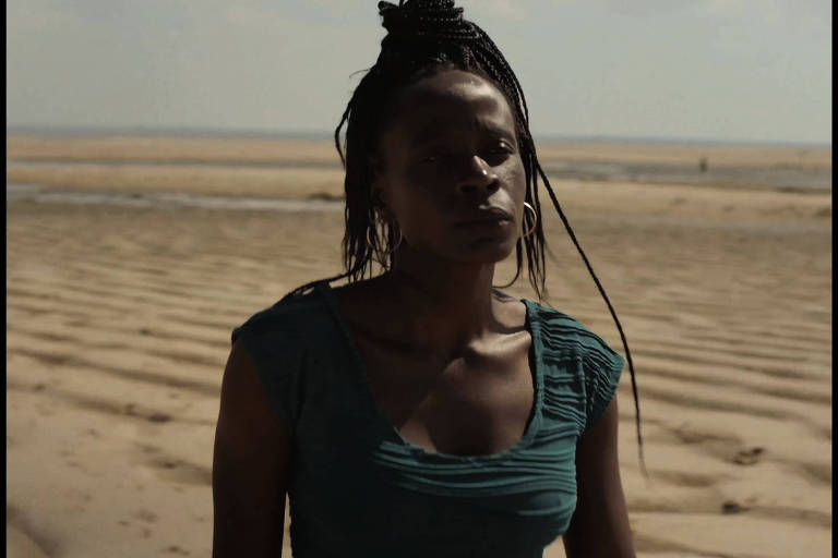 """A atriz Isabél Zuaa, portuguesa de origem africana, no filme """"Um Animal Amarelo"""""""