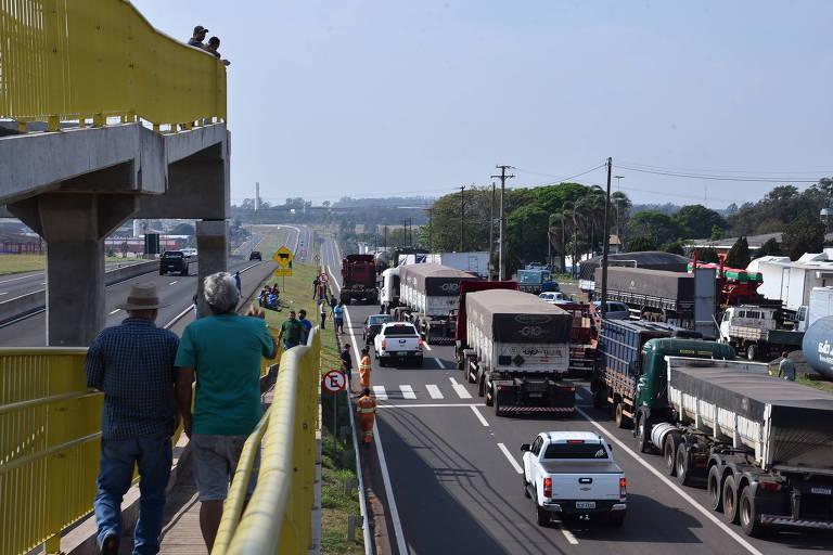 Caminhoneiros protestam em rodovias de ao menos 15 estados