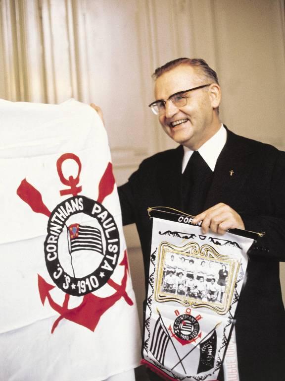 Dom Paulo Evaristo Arns com o escudo do Corinthians, em reprodução de foto da revista Placar de 1973