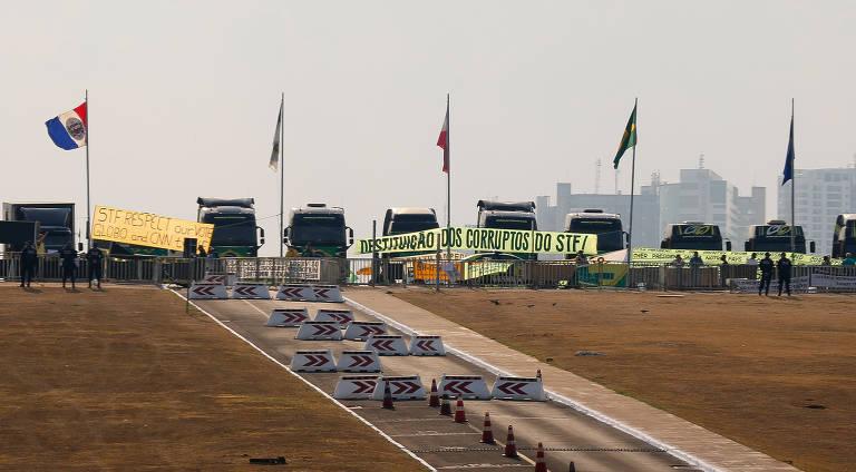 Caminhões bloqueiam a Esplanada e pressionam por invasão para acesso ao STF