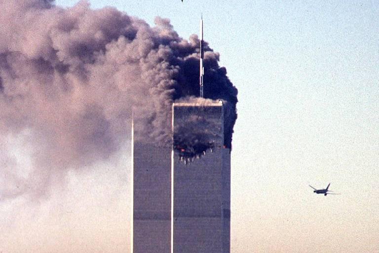 Avião sequestrado por terroristas em direção a torre do World Trade Center, em Nova York