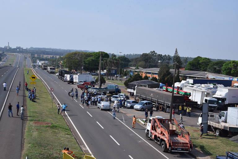Caminhoneiros fazem bloqueios em rodovias pelo país