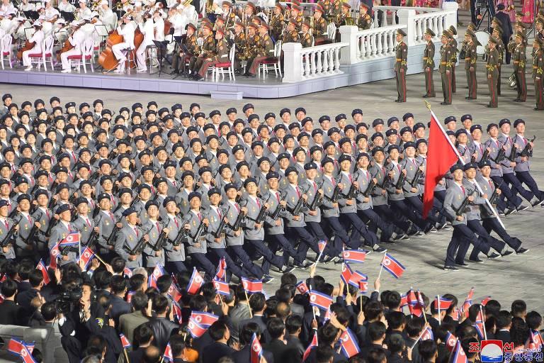 Coreia do Norte celebra aniversário em desfile com ditador calado e sem armas nucleares