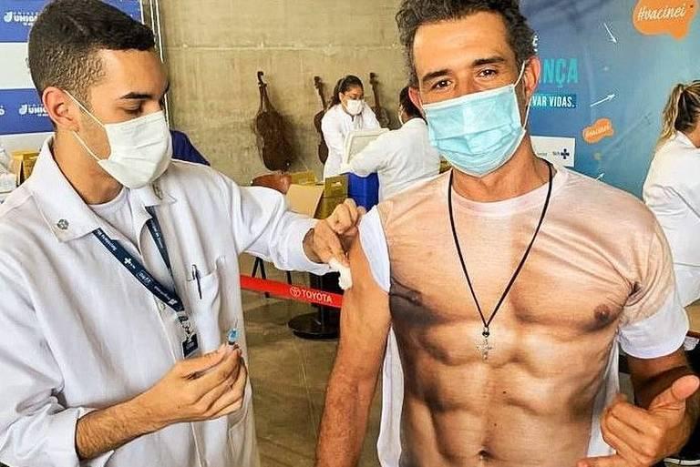 Marcos Pasquim recebe vacina contra a Covid 'sem camisa'