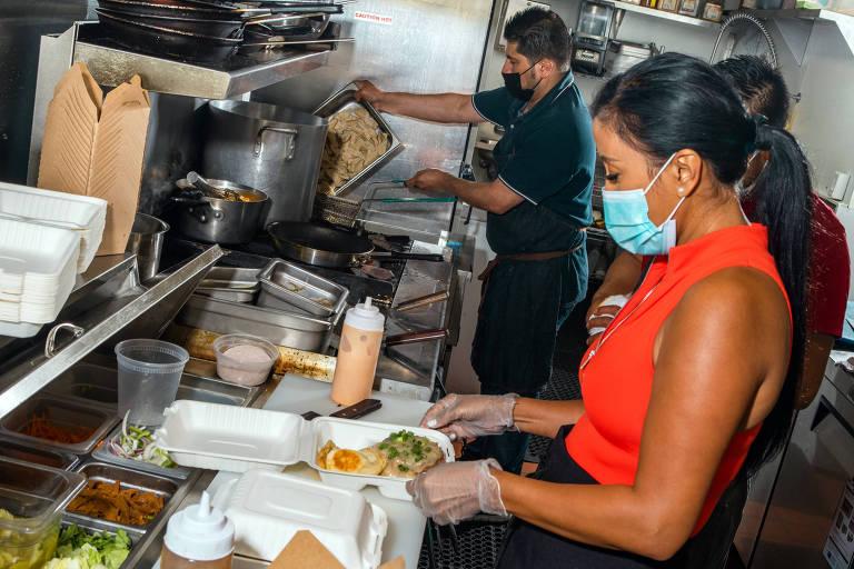 Reina Montenegro na cozinha de seu restaurante, Chef Reina, na Califórnia (EUA)