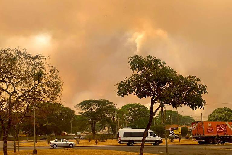 Imagem mostra céu em Batatais, na região de Ribeirão Preto, após mais de uma dezena de incêndios