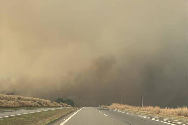 Imagem mostra nuvem de fumaça na rodovia SP-340, em Mococa, no interior de São Paulo