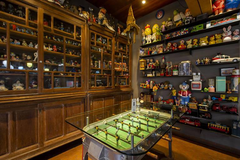 A decoração é o grande Achado da Nico Hamburgueria e conta com quase 15 mil brinquedos e itens de época