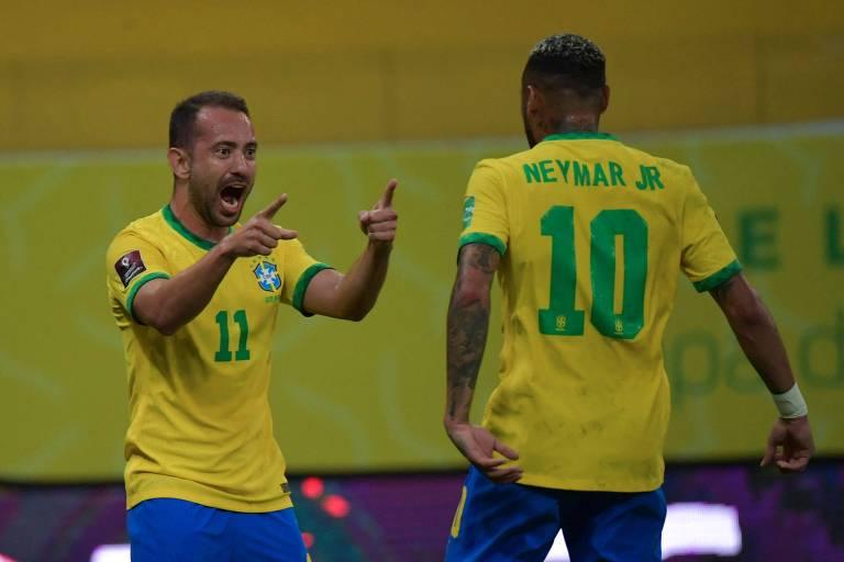 Everton Ribeiro comemora com Neymar o primeiro gol do Brasil diante do Peru