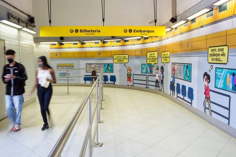 Adesivos da campanha Jornada do Acolhimento na estação Paulista, na linha 4-amarela