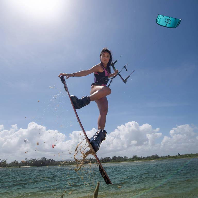 A kitesurfista Bruna Kajiya, brasileira três vezes campeã mundial
