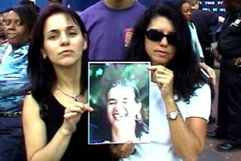 Elisete Sargent (esq.) e Wanda Fajardo, respectivamente amiga e irmã de Sandra Fajardo Smith, mostram foto da brasileira morta no atentado ao World Trade Center, em Nova York