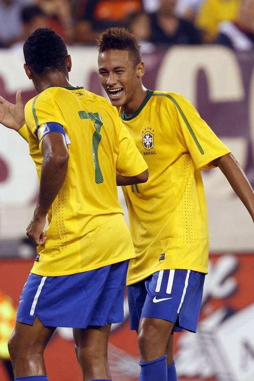 Neymar comemora com Robinho o seu primeiro gol pela seleção brasileira