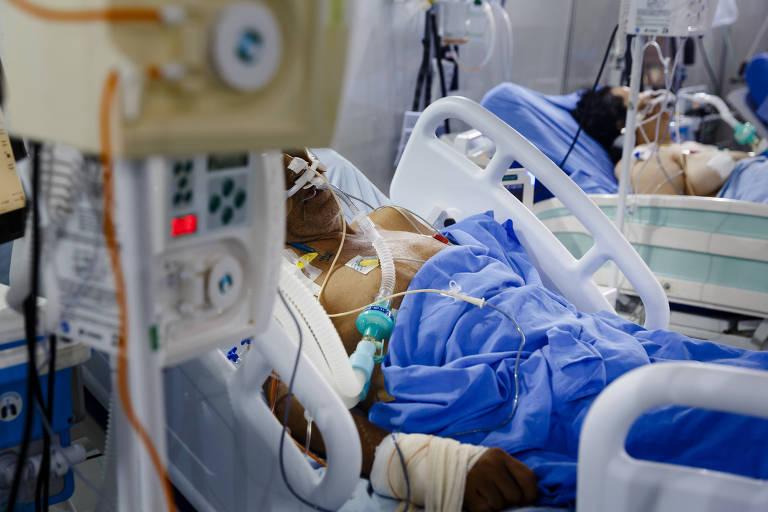 Homem intubado em uma cama de hospital