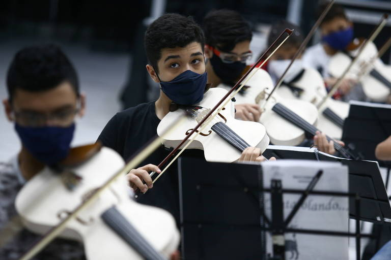 Jovens tocam violinos produzidos a partir de canos de PVC em projeto cultural na cidade de Santo André, na Grande São Paulo