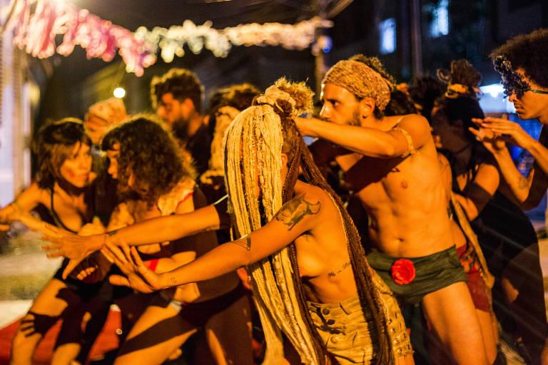 Série sobre trupe anárquica de 'Tatuagem' tem cura gay e disputas imobiliárias