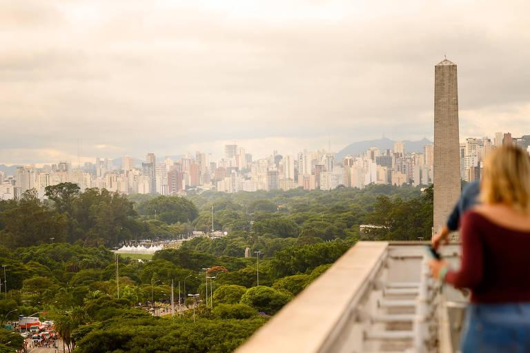 Público observa o parque Ibirapuera e o Obelisco a partir do restaurante Vista, no topo do MAC-USP