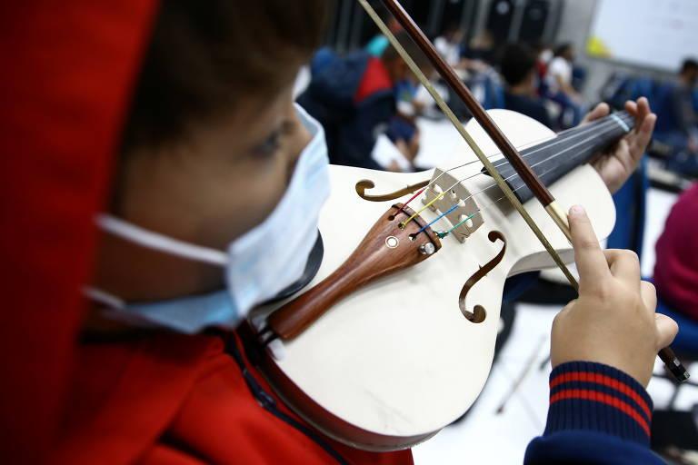 Canos de PVC se transformam em violinos
