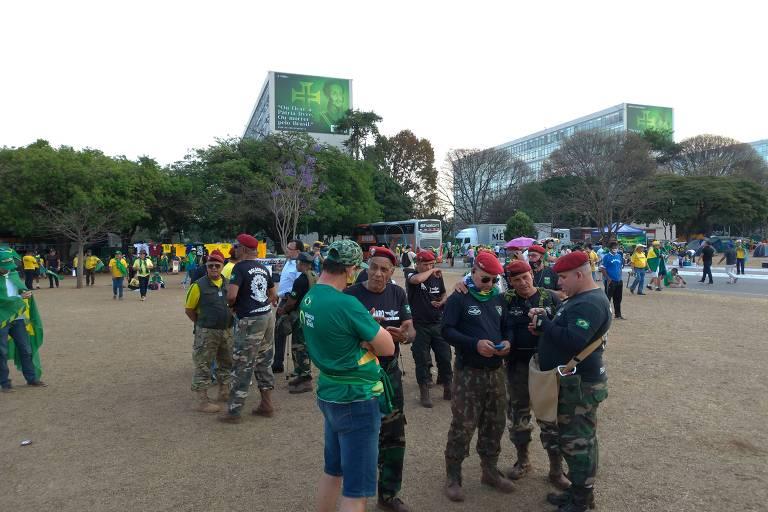 Bolsonaristas usam uniforme militar em atos, insuflam ataques e podem ser enquadrados em crime