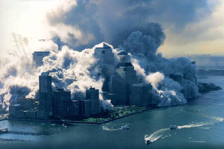 As balsas da New York Waterway e o barco turístico Chelsea Screamer retiram pessoas enquanto segunda torre do World Trade Center, em Nova York, desmorona