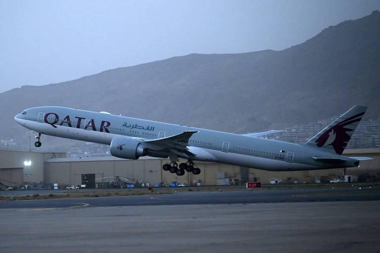 Aeronave da Qatar Airways decola do aeroporto de Cabul, em direção ao Catar, nesta sexta-feira (10)