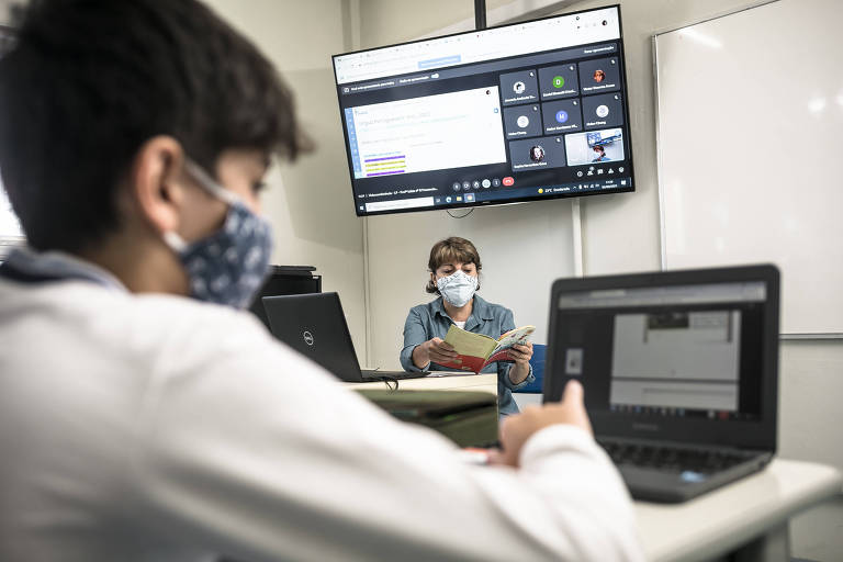 Aluno do sexto ano do Centro Educacional Pioneiro, em São Paulo, usa Chromebook em sala de aula