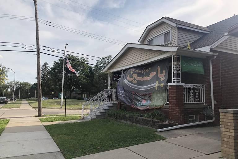 Casa com bandeira em rua de Dearborn, em Michigan, nos Estados Unidos
