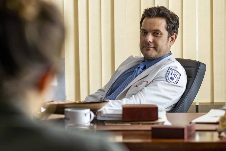 """Joshua Jackson em cena da série """"Dr. Death"""", criada por Patrick Macmanus"""