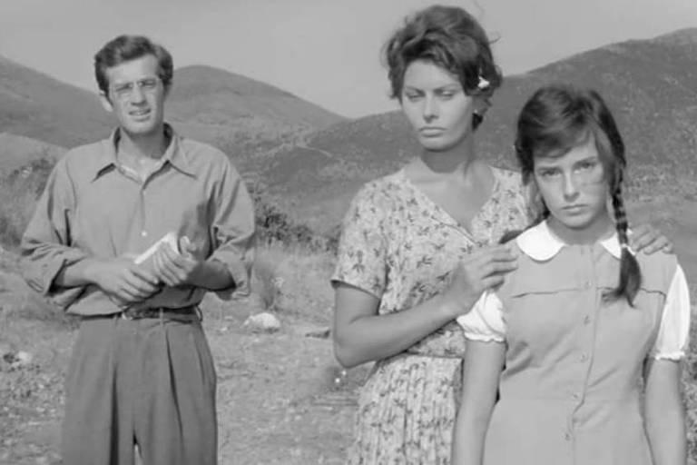 """Os atores Jean-Paul Belmondo e Sophia Loren em """"Duas Mulheres"""" (1960), dirigido por Victorio De Sicca"""