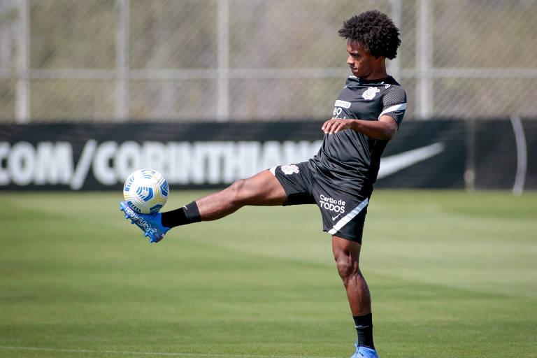 Willian durante treino no CT do Corinthians