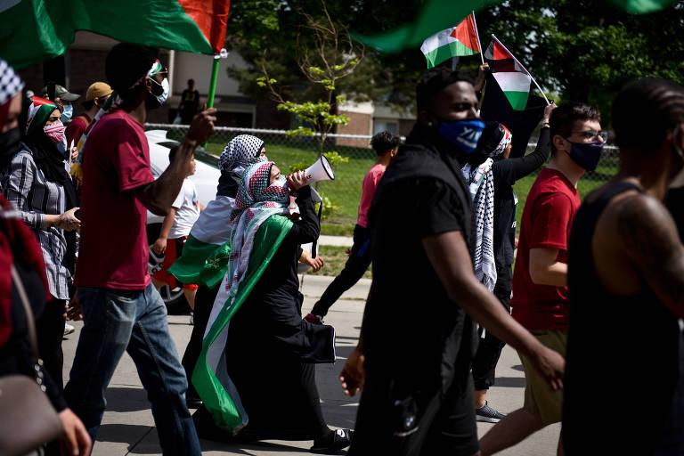 Moradores de Dearborn, no estado de Michigan, nos EUA, em marcha pró-Palestina