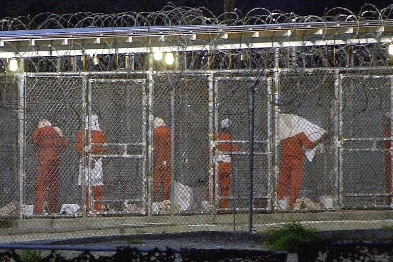 Detentos se preparam para orar na prisão na Baía de Guantánamo, em Cuba