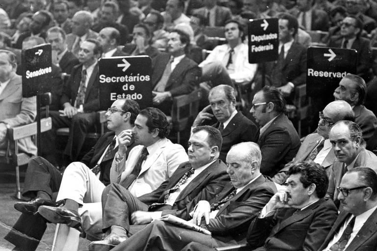 Políticos sentados em uma reunião partidária da Arena em São Paulo