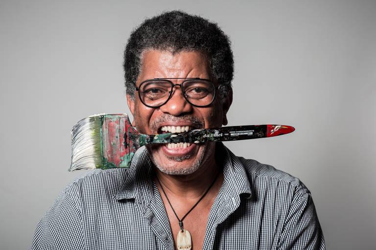 Arjan Martins, artista plástico que é destaque na Bienal. Em seu trabalho ele dá foco às rotas marítimas que transportavam pessoas negras escravizadas