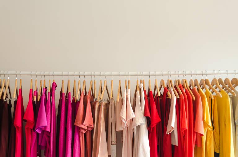 Arara mostra roupas coloridas penduradas