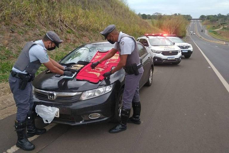 Policiais militares rodoviários encontram joias em um carro em Regente Feijó (SP), na tarde de sexta (10); no veículo também foi encontrado uma arma e munições