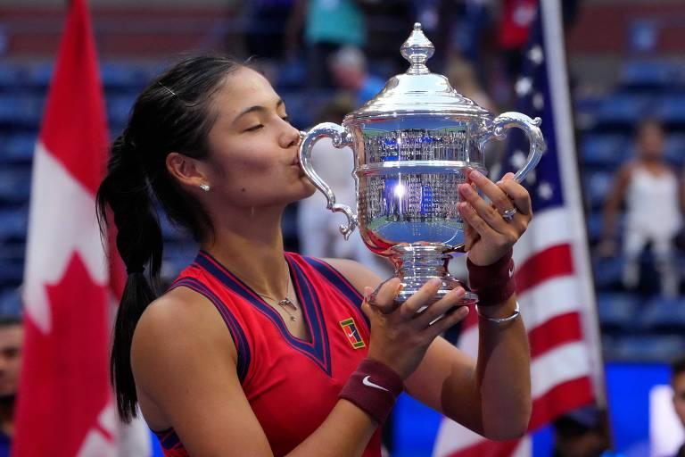 A britânica Emma Raducanu beija o troféu após vencer o US Open