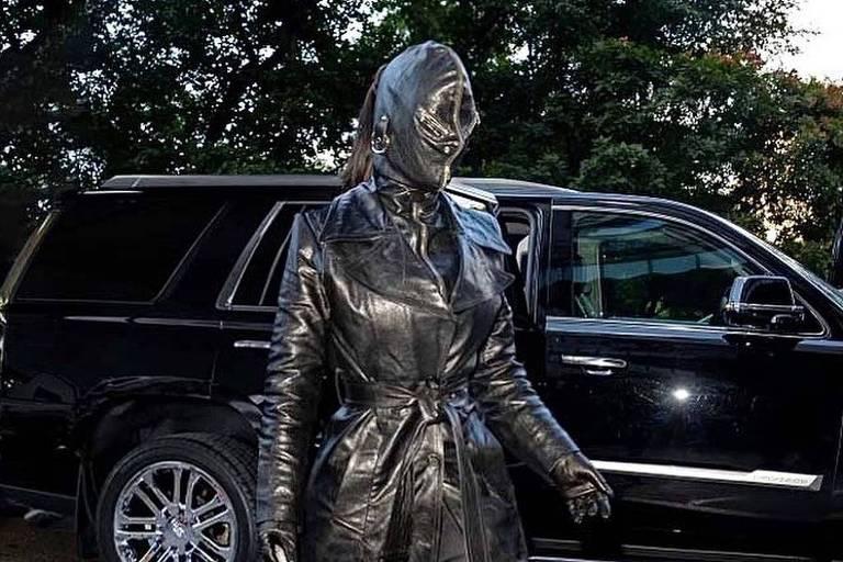 Kim Kardashian surpreende com roupa e máscara de couro