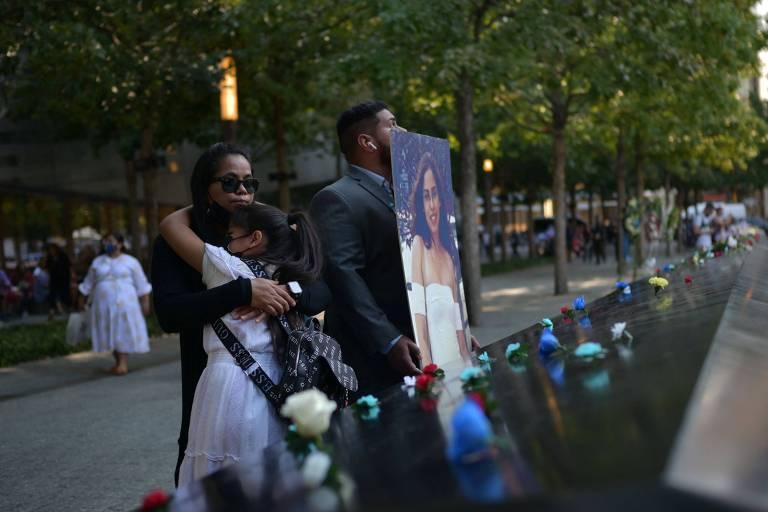 Pessoas seguram foto de uma vítima do ataque do 11 de Setembro em memorial em Nova York