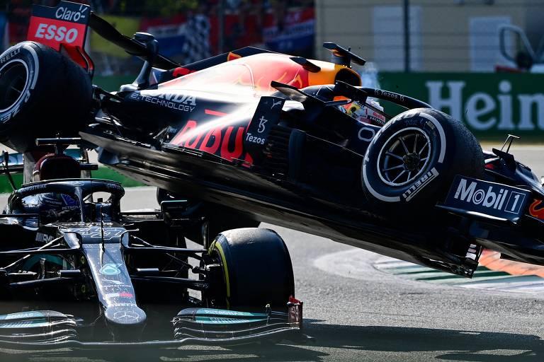 Imagem mostra o carro de Max Verstappen, azul e vermelho, sobre o carro de Lewis Hamilton, prateado, após colisão no GP da Itália em Monza.