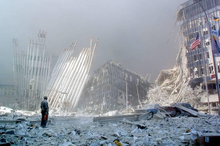 Em foto de arquivo, em meio aos escombros e grita perguntando se alguém precisa de ajuda, após o colapso da primeira das torres gêmeas da Torre do World Trade Center em Manhattan