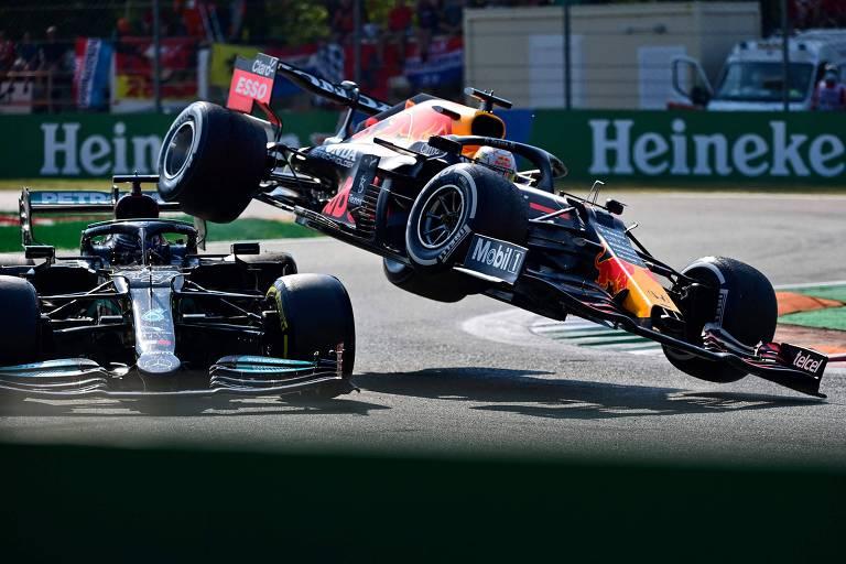 A Red Bull de Verstappen voa antes de atingir a Mercedes de Lewis Hamilton