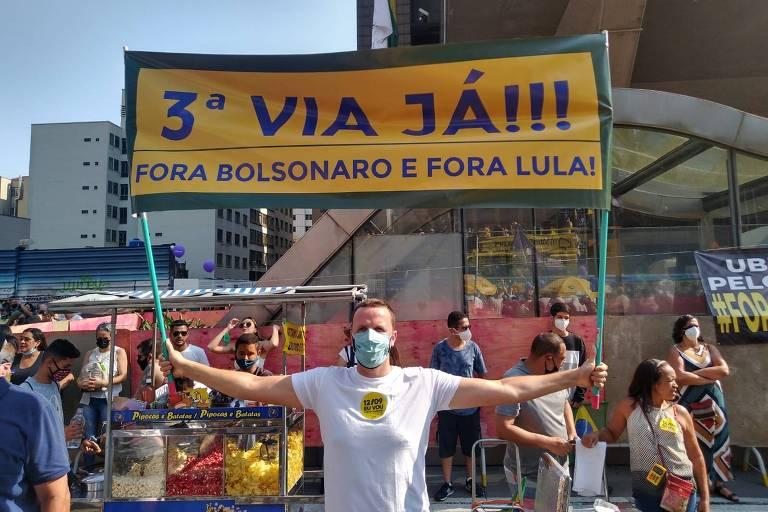Manifestante levanta um cartaz amarelo escrito '3ª via já!!!'