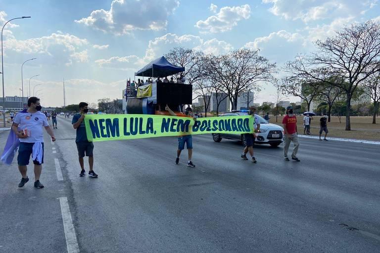 Cinco manifestantes carregam faixa com 'nem Lula, nem Bolsonaro'