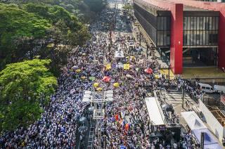 Ato contra governo Bolsonaro na Av Paulista . Manifestantes se concentram proximo ao caminhao de som do MBL proximo ao MASP