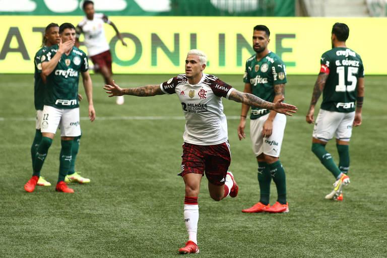 Atacante Pedro comemora gol do Flamengo sobre o Palmeiras pelo Brasileiro