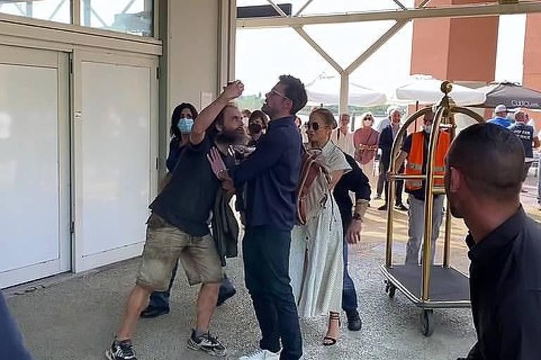 Ben Affleck empurra fã que tentou tirar selfie com Jennifer Lopez